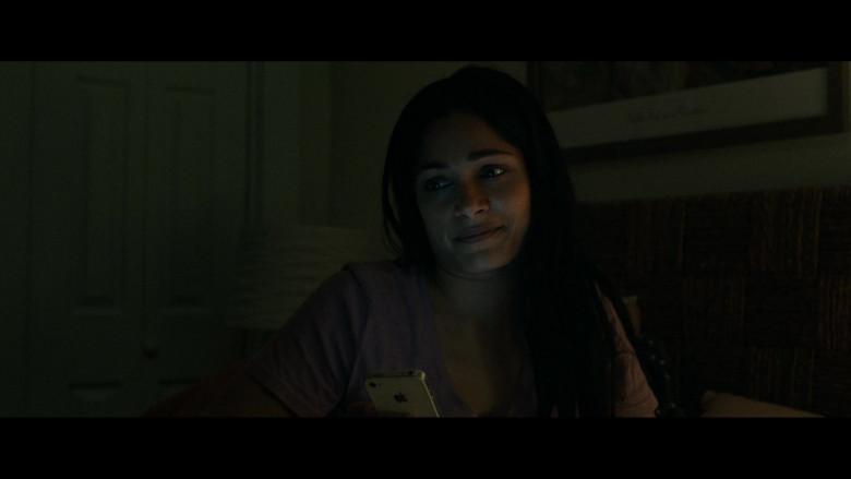 Apple iPhone White Smartphone of Freida Pinto as Usha in Hillbilly Elegy (3)