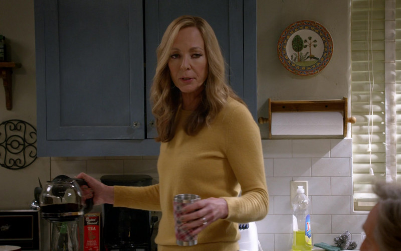 Bigelow Constant Comment Tea in Mom S08E03 TV Show