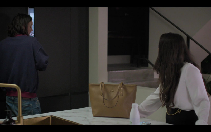Coach Shoulder Bag of Marisa Abela as Yasmin in Industry S01E03