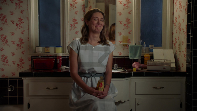 Johnson's Baby Shampoo Held by Zoe Perry as Mary Cooper in Young Sheldon S04E03 TV Show