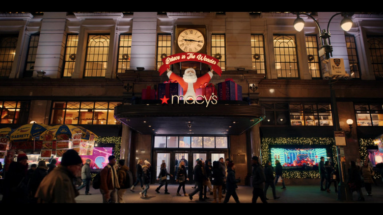 Macy's Store and Sabrett Hot Dogs in Dash & Lily S01E01 (1)