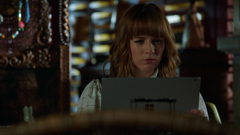 Microsoft Surface Tablet of Renée Felice Smith as Nell in NCIS Los Angeles S12E02 (2)