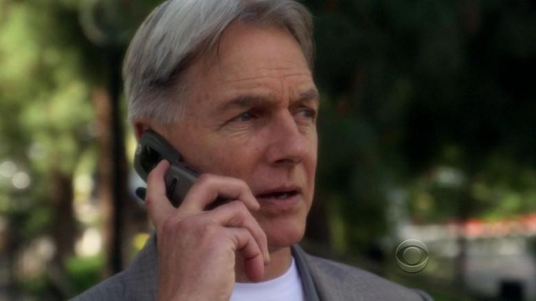 Motorola Flip Phone used by Mark Harmon as Leroy Jethro Gibbs in NCIS S08E23 Swan Song (2011)