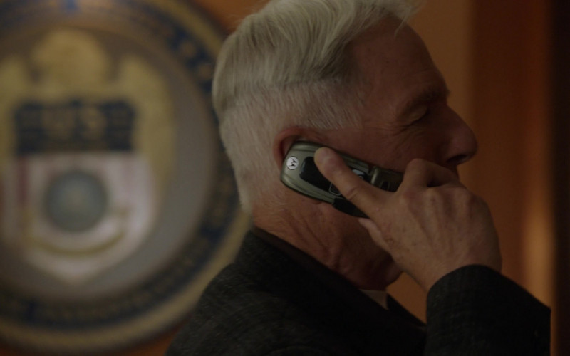 Motorola i850 Mobile Phone of Mark Harmon as Leroy Jethro Gibbs in NCIS S18E01 TV Show