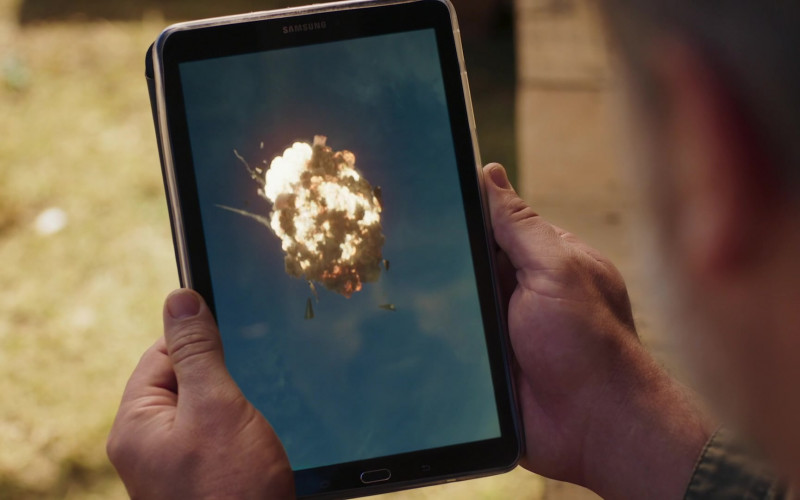 Samsung Galaxy Tablet in Professionals S01E01 Snipe Hunt (2020)