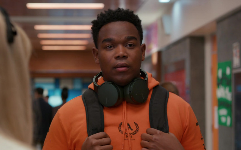 Sony Headphones of Dexter Darden as Devante Young in Saved by the Bell S01E02 Clubs and Cliques (2020)