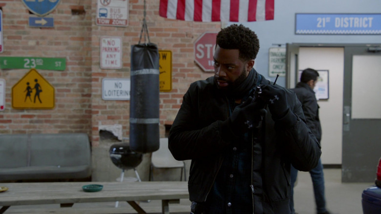 Under Armour Black Gloves of LaRoyce Hawkins as Officer Kevin Atwater in Chicago P.D. S08E02 TV Show (2)
