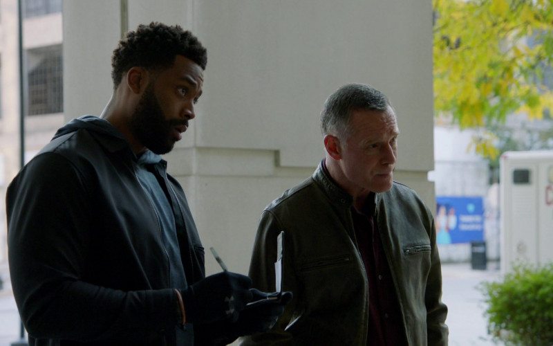 Under Armour Gloves of LaRoyce Hawkins as Officer Kevin Atwater in Chicago P.D. S08E01 Fighting Ghosts (2020)
