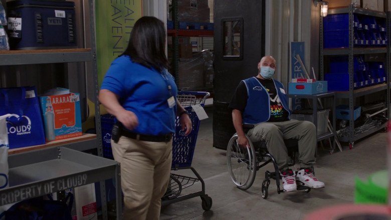 Yeti Cooler Bag in Superstore S06E03 (1)