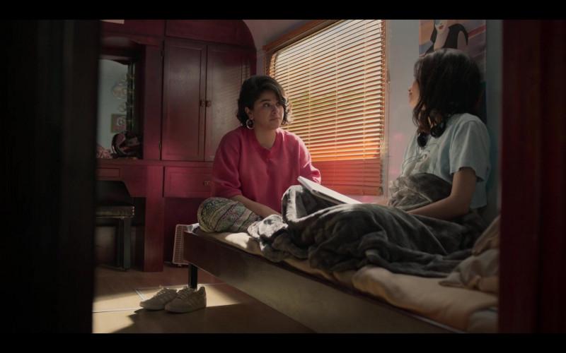 Adidas Sneakers of Noemi Gonzalez as Suzette Quintanilla in Selena The Series S01E09