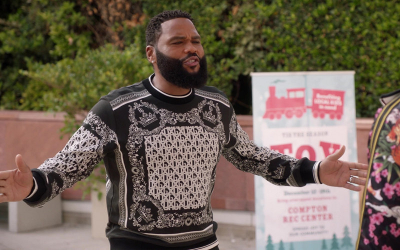 Anthony Anderson Wears Dolce & Gabbana Men's Black & White Bandana Print Sweatshirt Outfit in Black-ish S07E06 TV Show (1)