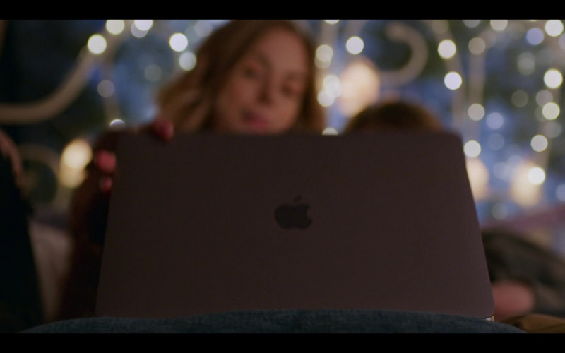 Apple MacBook Pro Laptop of Sarah Dugdale as Lizzie in Virgin River S02E08 TV Show (1)