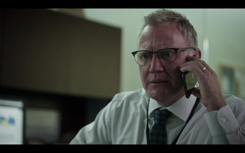 Apple iPhone Smartphone of Terry Serpico as Bill Briscoe in The Flight Attendant S01E07 Hitchcock Double (2020)