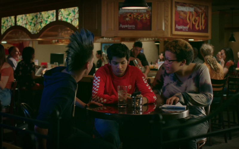 Applebee's Grill & Bar Restaurant in Cobra Kai S02E01 (2)