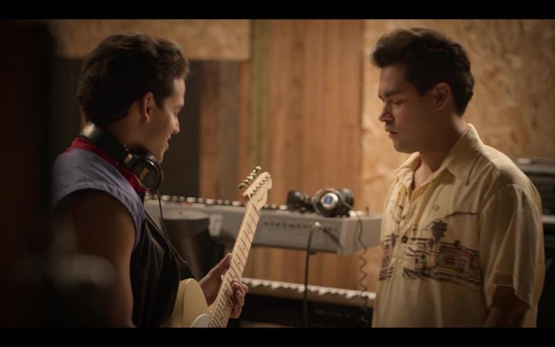 JVC Headphones in Selena The Series S01E02 Dame Un Beso (2020)