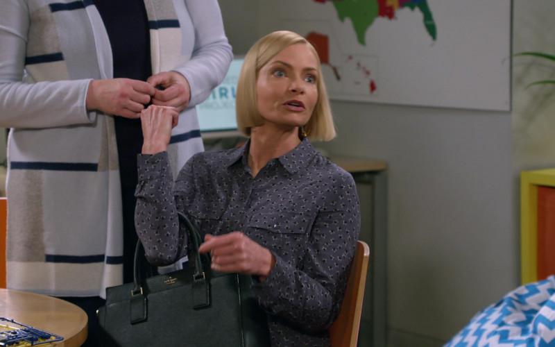 Kate Spade Bag of Jaime Pressly as Jill Kendall in Mom S08E05 (3)