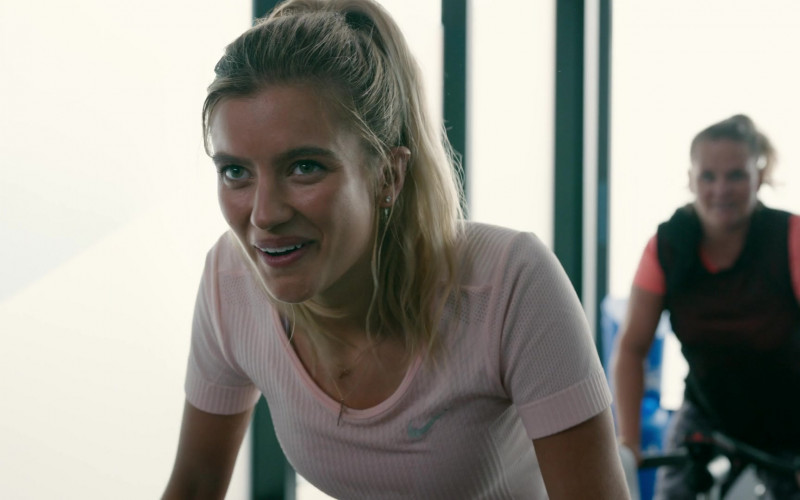 Nike Pink Top of Mia Healey as Shelby Goodkind in The Wilds S01E08 (3)