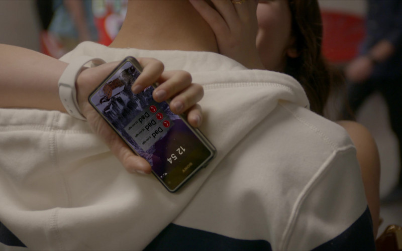 Sony Xperia Phone of Mary Mouser as Samantha LaRusso in Cobra Kai S01E04