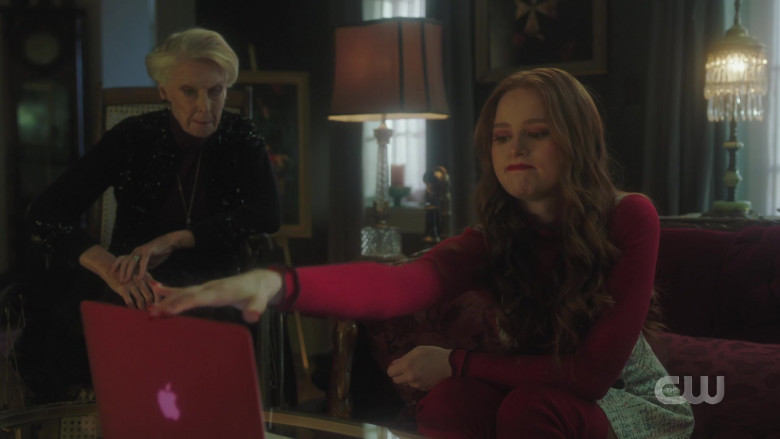 Apple MacBook Air Laptop of Madelaine Petsch as Cheryl Blossom in Riverdale S05E02 (3)