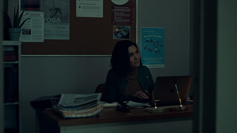 Apple MacBook Laptop in American Gods S03E02 Serious Moonlight (2021)