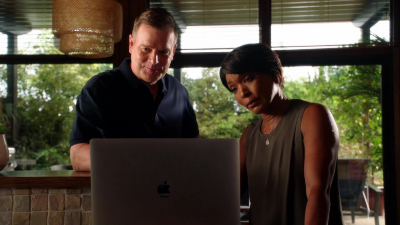 Apple MacBook Laptop of Angela Bassett as Athena Carter Grant Nash, LAPD patrol sergeant in 9-1-1 S04E01