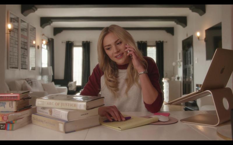 Apple MacBook Laptop of Cariba Heine as Isabella Baker in Everyone Is Doing Great S01E03