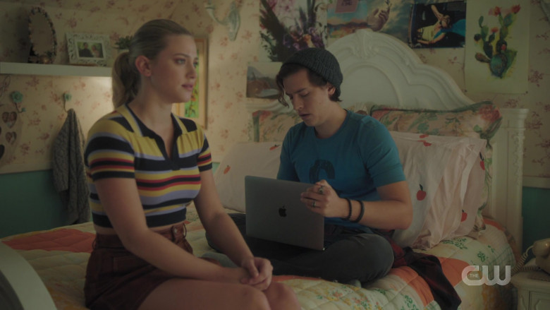 Apple MacBook Laptop of Cole Sprouse as Jughead Jones in Riverdale S05E02