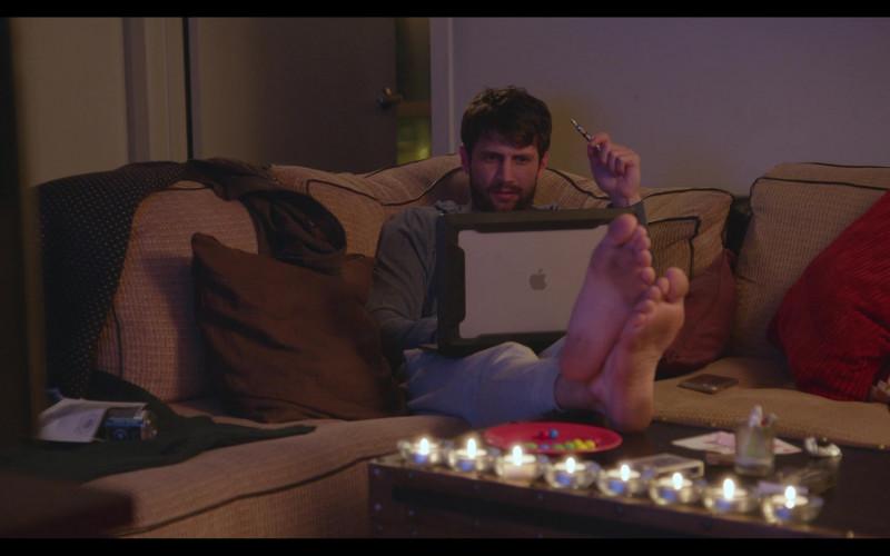 Apple MacBook Laptop of James Lafferty as Jeremy Davis in Everyone Is Doing Great S01E04 North Carolina (1)