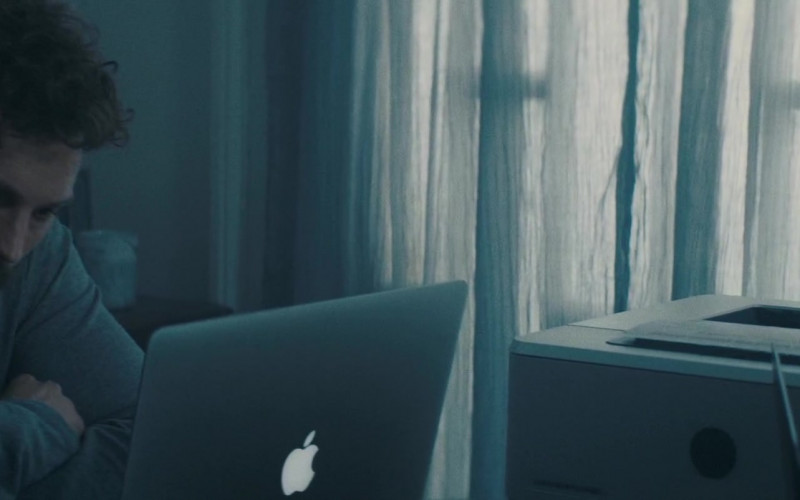 Apple MacBook Laptop of Jamie Dornan as Dennis Dannelly in Synchronic (2019)