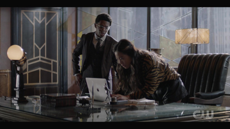 Apple MacBook Laptop of Nicole Kang as Mary Hamilton in Batwoman S02E01 (1)