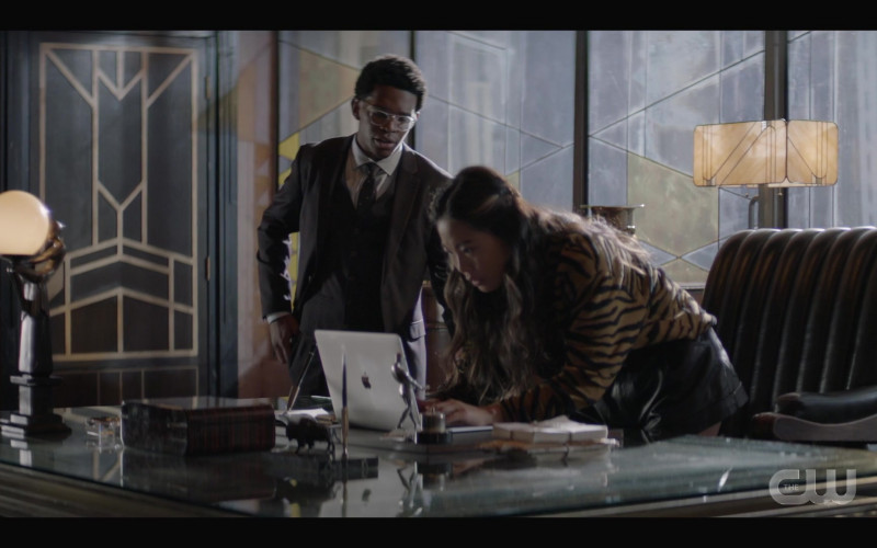 Apple MacBook Laptop of Nicole Kang as Mary Hamilton in Batwoman S02E01 (1)