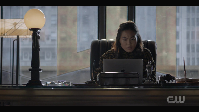 Apple MacBook Laptop of Nicole Kang as Mary Hamilton in Batwoman S02E01 (2)