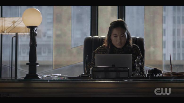 Apple MacBook Laptop of Nicole Kang as Mary Hamilton in Batwoman S02E01 (2)