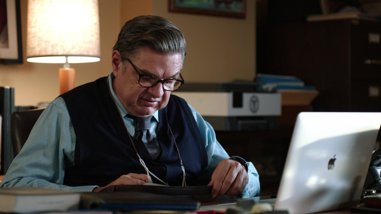 Apple MacBook Laptop of Oliver Platt as Dr. Daniel Charles, the chief of the psychiatry department (1)