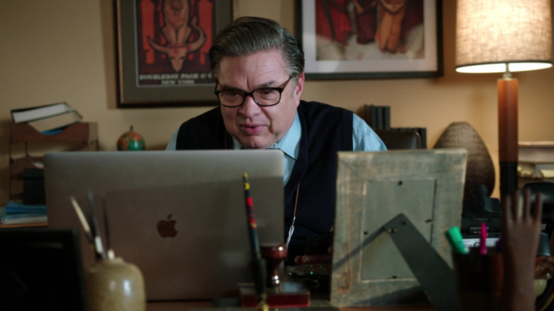 Apple MacBook Laptop of Oliver Platt as Dr. Daniel Charles, the chief of the psychiatry department (2)