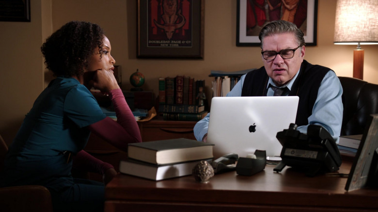 Apple MacBook Laptop of Oliver Platt as Dr. Daniel Charles, the chief of the psychiatry department (3)