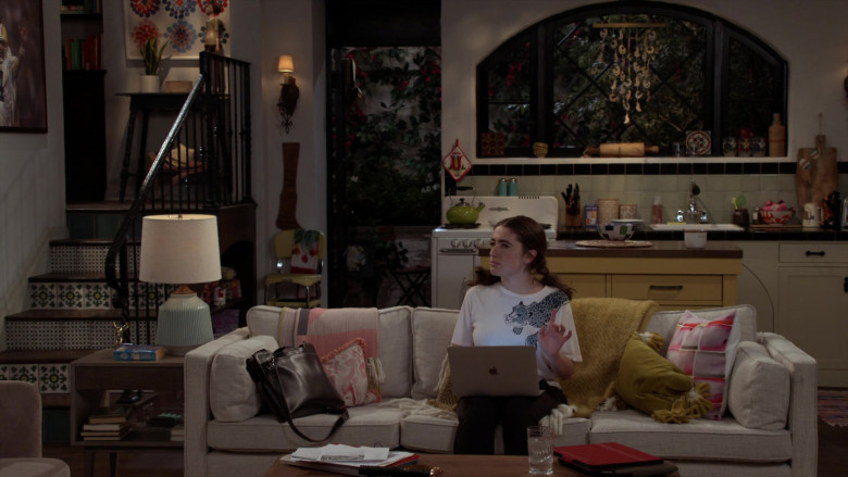 Apple MacBook Laptop of Rachel Sennott as Jackie Raines in Call Your Mother S01E03 (2)