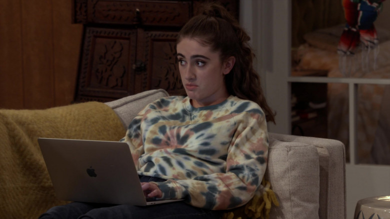 Apple MacBook Laptop of Rachel Sennott as Jackie Raines in Call Your Mother S01E03 (3)