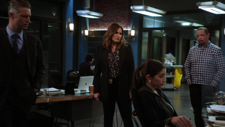 Apple MacBook Laptops in Law & Order Special Victims Unit S22E06 (2)