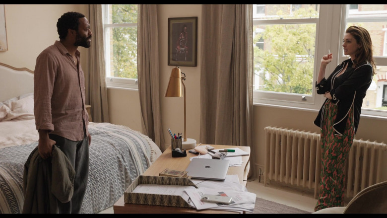 Apple MacBook Pro Laptop of Anne Hathaway as Linda Thurman in Locked Down (4)