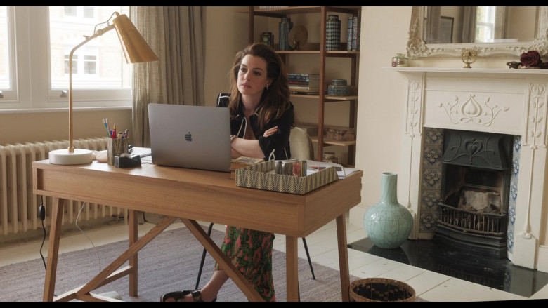 Apple MacBook Pro Laptop of Anne Hathaway as Linda Thurman in Locked Down (6)