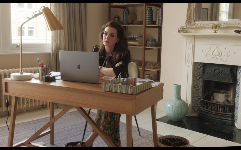 Apple MacBook Pro Laptop of Anne Hathaway as Linda Thurman in Locked Down (6)