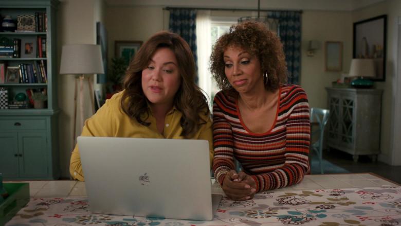 Apple MacBook Pro Laptop of Katy Mixon in American Housewife S05E06 (1)