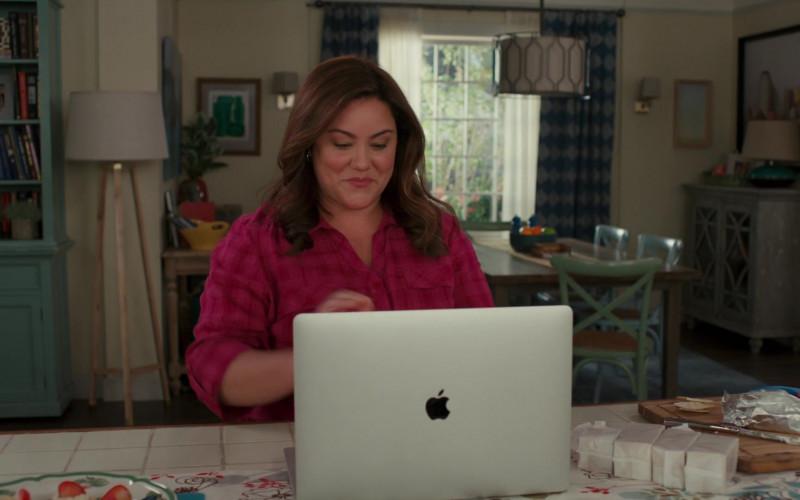 Apple MacBook Pro Laptop of Katy Mixon in American Housewife S05E06 (2)