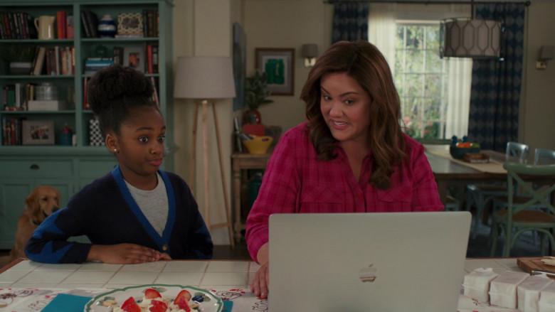 Apple MacBook Pro Laptop of Katy Mixon in American Housewife S05E06 (3)