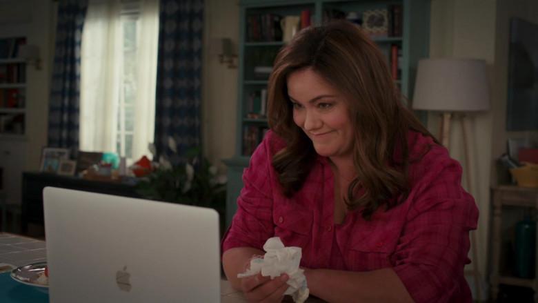 Apple MacBook Pro Laptop of Katy Mixon in American Housewife S05E06 (4)