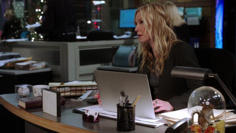 Apple MacBook Pro Laptop of Kelli Giddish as Amanda Rollins in Law & Order SVU S22E04 (1)