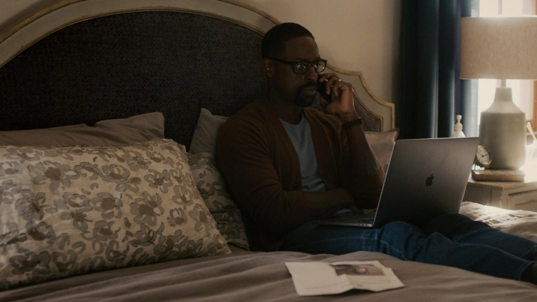 Apple MacBook Pro Laptop of Sterling K. Brown as Randall Pearson in This Is Us S05E05 (2)