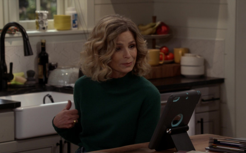 Apple iPad Tablet of Kyra Sedgwick as Jean Raines in Call Your Mother S01E03 (1)