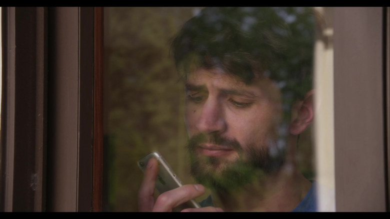 Apple iPhone Smartphone of James Lafferty as Jeremy Davis in Everyone Is Doing Great S01E01 (1)